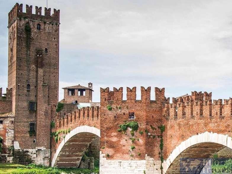 Кастельвеккио и мост Скалигеров в Вероне. Италия