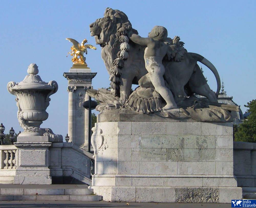 Скульптура детей со львами