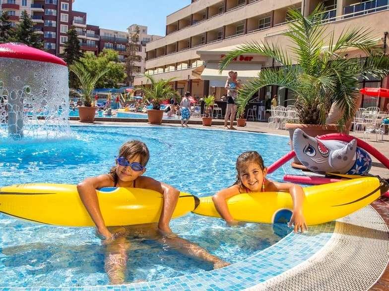 Дети в бассейне в Болгарии