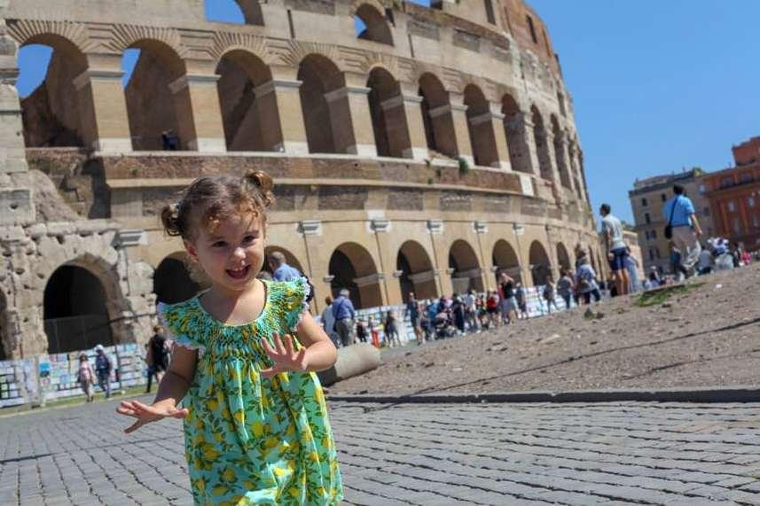 Реббенок на фоне Колизея